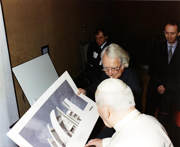 Meir giới thiệu thiết kế của nhà thờ Jubilee với giáo hòang John Paul 2