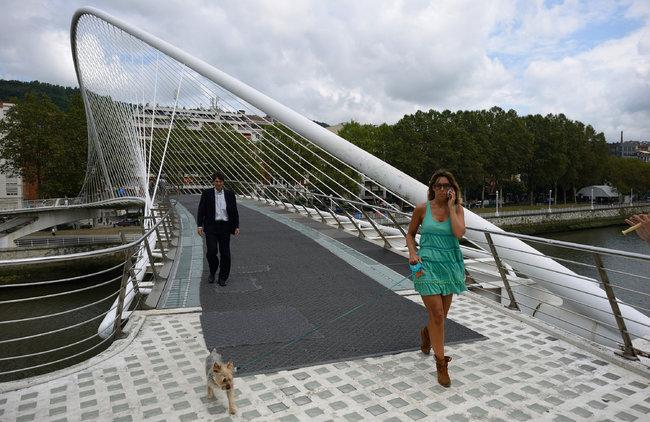 Cây cầu đi bộ tại Bilbao với gạch kính và phần thảm nhựa trải