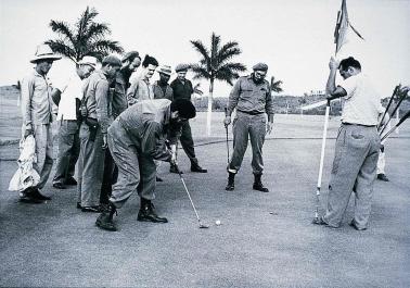 Fidel Castro và Che Guevara đánh golf tại khu đất sẽ xây dựng trường