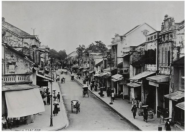 Hình 2: Phố Hàng Hòm năm 1921 đã có nhiều ngôi nhà ống cải biên được xây mới