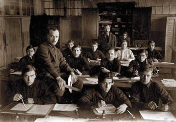 Yakoc Chernikhov (đứng) và các học tròn.