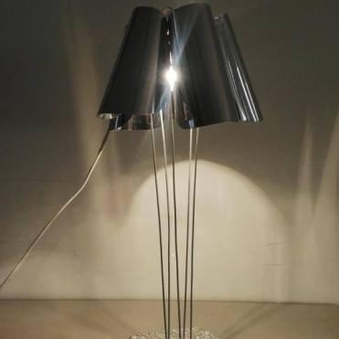Cây đèn lấy cảm hứng từ các tác phẩm của Frank Gehry với sự chói sáng, nổi bật về vật liệu, sự biến ảo trong tạo hình. Tác phẩm này được đánh giá cao nhất.