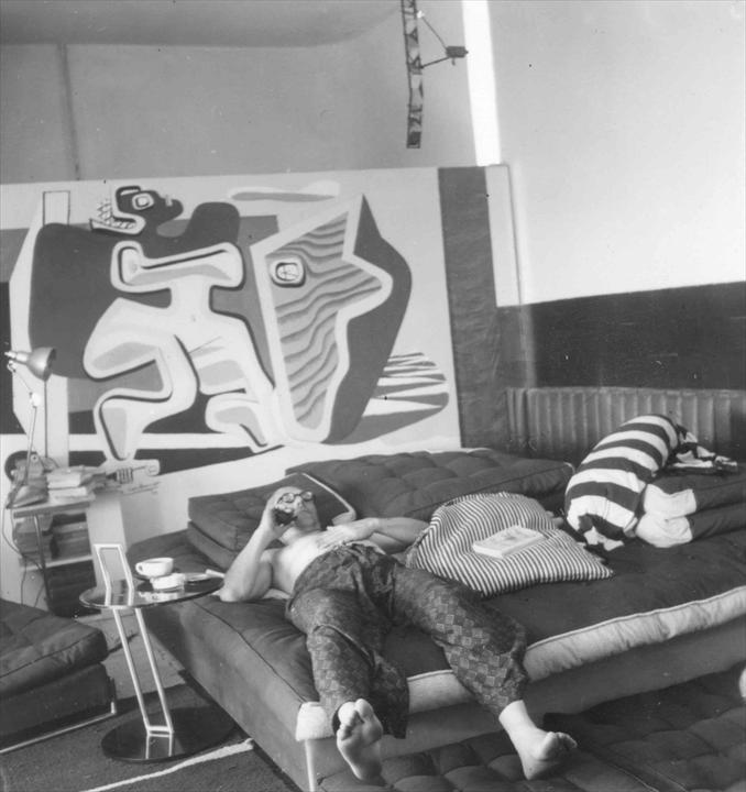 Le Corbusier bên cạnh một trong số các bức tranh.