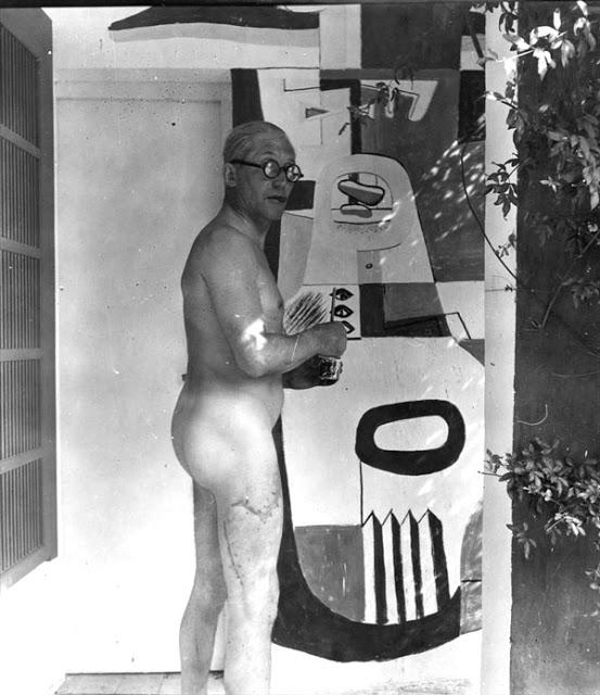 Le Corbusier với một trong số các bức bích họa. Vế sẹo ở đùi phải do một tai nạn khi đi bơi ở Sain Trope.