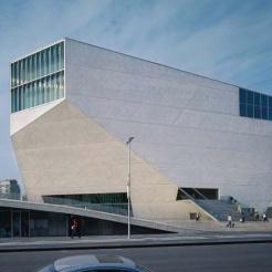 Casa Da Musica, (KTS Rem Koolhaas) có hình thức bên ngoài thể khối đặc, bí ẩn và sống động.