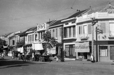 Hình 2a: Phố Huế (Rue de Hue) năm 1940 với dãy nhà phố Pháp được xây dựng trong những năm 1920. (Tác giả: Harrison Forman)