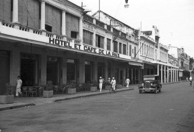 Hình 2b: Phố Tràng Tiền (phố Paul Bert) những năm 1930 với hai dãy nhà phố có mái hiên rộng cho người đi bộ. (Tác giả: Harrison Forman)