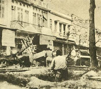 Hình 3a: Nhiều nhà phố Pháp trên phố Huế bị hư hại sau các trận giao tranh ác liệt giữa Việt Minh và quân đội Pháp đầu năm 1947. (Nguồn: www.lichsuvn.net)