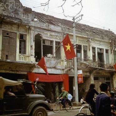 Hình 3b: Nhiều nhà phố Pháp ở phố Khâm Thiên bị phá hủy sau trận ném bom B.52 tháng 12/1972. (Nguồn: www.baomoi.com)