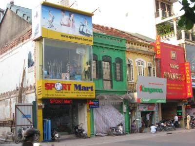 Hình 4b: Sự biến dạng của nhà liền kề mặt phố theo phong cách kiến trúc Pháp trên phố Nguyễn Thái Học (Nguồn: tác giả)