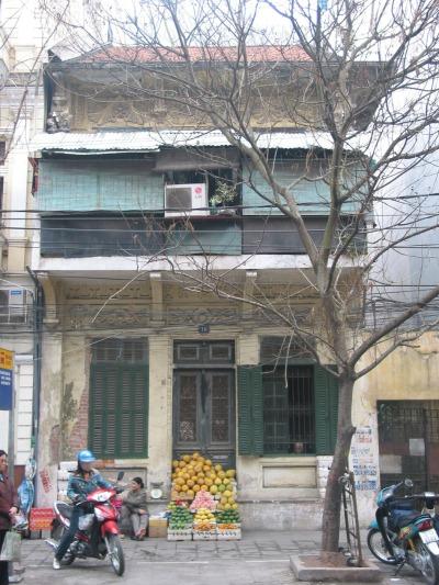 Hình 4a Sự biến dạng của nhà liền kề mặt phố theo phong cách kiến trúc Pháp trên phố Triệu Việt Vương (Nguồn: tác giả)